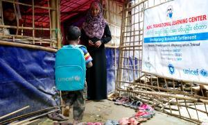 Nen refugiat anant a l'escola.