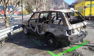 El cotxe ha quedat totalment destrossat pel foc.