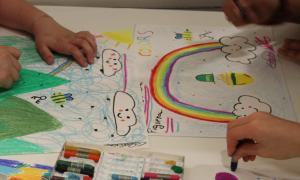 Infants pintant un dibuix.