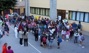 Infants i pares a les portes de l'escola andorrana de Sant Julià de Lòria.