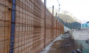La malla que es va posar a la zona de la Portalada després de l'esllavissada.