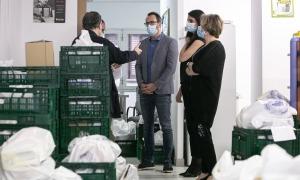 El ministre d'Afers Socials, Habitatge i Joventut, Víctor Filloy, juntament amb la secretària d'Estat, Teresa Milà, durant la visita al Banc d'aliments.