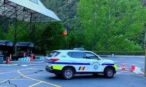 Un vehicle de la policia a la frontera del riu Runer.