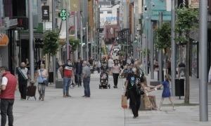 L'avinguda Meritxell sense restriccions horàries, plena de gent de totes les edats.