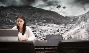 La consellera de Desenvolupament Estratègic i Comercial i de Projectes Participatius del comú d'Andorra la Vella, Meritxell López, durant la formació.