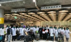 Els sanitaris cubans després d'aterrar a l'aeroport de Madrid durant el seu viatge cap a Andorra.
