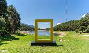 El popular marc groc de National Geographic, al llac d'Engolasters.