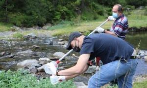 Mostreig de la qualitat de l'aigua en una de les 37 estacions que Medi Ambient té repartides pel país.