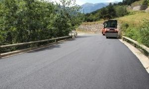Treballs de pavimentació en una carretera.