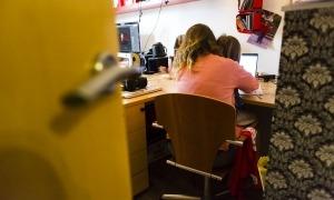 Una dona i un nen petit asseguts davant l'ordinador.
