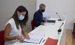 La ministra de Cultura i Esports, Sílvia Riva, i el director de la Creu Roja Andorrana, Jordi Fernández, aquest dijous durant la signatura del conveni.
