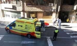 Una ambulància traslladant a un ferit.