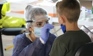 Un infant fent-se el test TMA a l''stop lab' d'Andorra la Vella.