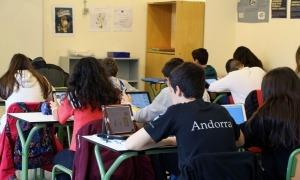 Una aula de l'escola andorrana amb alumnes utilitzant l'iPad.