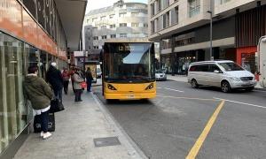 Usuaris esperant l'autobús a una parada d'Andorra la Vella.