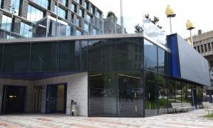 L'edifici de la plaça Lídia Armengol que acollirà el centre de la bicicleta.