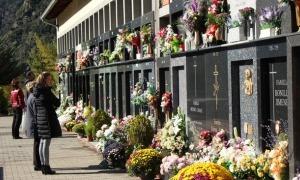 Visitants al cementiri nou d'Andorra la Vella, un dia de Tots Sants.