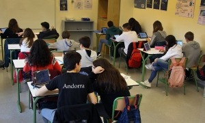 Alumnes en una aula al centre de Santa Coloma.