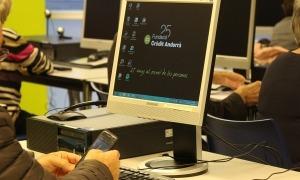 Un dels tallers de telèfon mòbil organitzats per la Fundació Crèdit Andorrà.