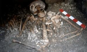 Imatge de les restes de la mare amb el fill.