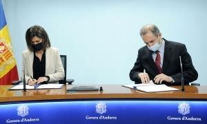 Vilarrubla i Nadal durant la signatura del conveni.