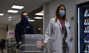 L'arribada de les primeres 1.000 dosis de la vacuna de Pfizer a l'hospital.