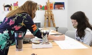 La directora de La Capsa, espais de creació, Rosa Mujal, amb una noia que participa en els tallers d'aquestes vacances escolars.