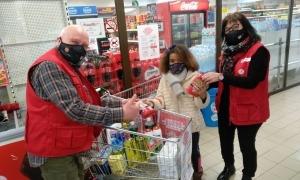 Voluntaris de Creu Roja durant la recollida d'aliments.