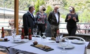 Majoral i alguns dels consellers del comú en un dels establiments de la Ruta de la tapa.