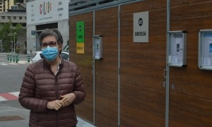 La consellera Cèlia Vendrell davant del nou punt de recollida de deixalles.