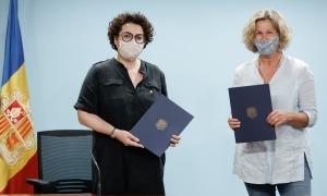 La ministra d'Afers Socials, Joventut i Igualtat, Judith Pallarés, i la presidenta de la Fundació Anna Didi, Anna Babot, després de la signatura del conveni.