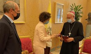 La ministra d'Afers Exteriors, Maria Ubach, amb el secretari per a les relacions amb els Estats de la Santa Seu, Paul Richard Gallagher.