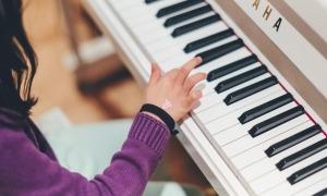 Una persona tocant el piano.