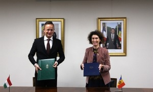 La ministra d'Afers Exteriors, Maria Ubach, i el seu homòleg d'Hongria, Péter Szijjártó, després de la signatura del CDI.