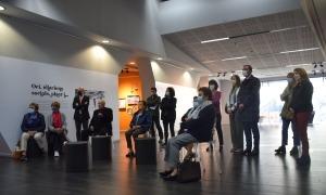 Els familiars dels pioners de l'hoteleria i les autoritats en un moment de la visita guiada a l'exposició.