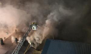Els bombers sufocant les flames, ahir, al Pas de la Casa.
