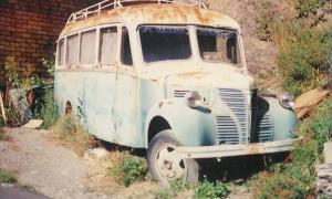 L'autobús, un Dodge Fargo de mitjans anys 40, abandonat en un solar de Fontaneda.