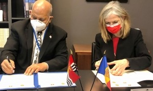 L'ambaixadora i representant permanent d'Andorra a les Nacions Unides, Elisenda Vives, i el de la República de Kiribati, Teburoro Tito, en el moment de la signatura.