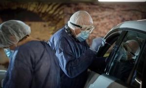 Personal sanitari fent proves diagnòstiques a l'stop lab de l'aparcament de Prat de la Creu.