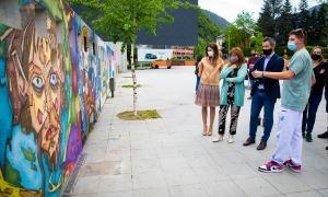 Les autoritats amb els autors dels murals.