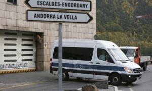 Una de les ambulàncies que ha fet el trasllat dels padrins contagiats des del Cedre cap a l'hospital Nostra Senyora de Meritxell.