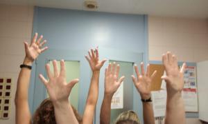 Personal del centre hospitalari, en una imatge d'arxiu, celebrant el dia mundial de la higiene de mans.