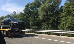 Eloi/ Un dels vehicles implicats a l'accident quan estava sent retirat de la carretera.