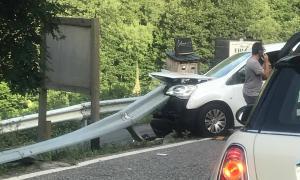 Estat del vehicle empotrat contra una protecció de la carretera.