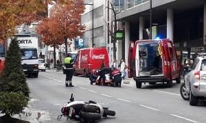 Els equips d'emergències atenent al ferit.