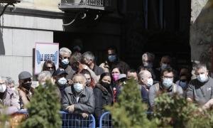 Grups de ciutadans esperaven ahir a la plaça Benlloch de la capital l'arriada dels monarques espanyols sense respectar la distància de seguretat.