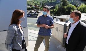 Els cònsols lauredians, Josep Majoral i Mireia Codina, amb Xabier Ajona, aquest matí.