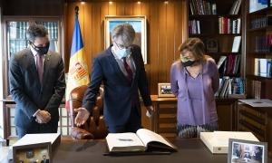 Tribolet, al centre, amb els cònsols Astrié i Marsol, firma el llibre d'or del comú, aquest matí a la capital.