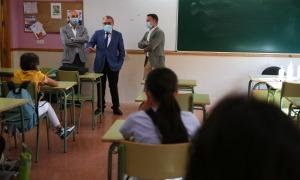 L'ambaixador Ros en una de les aules del Maria Moliner.