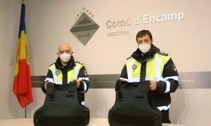 Dos agents amb les armilles de protecció.